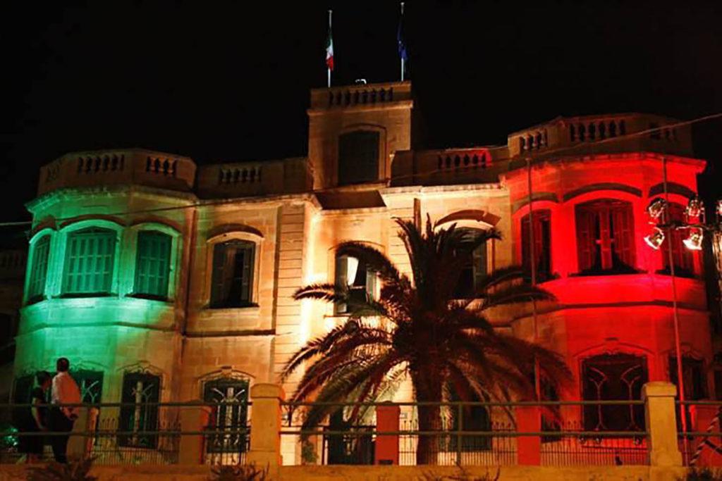 façade de l'ambassade italienne de nuit